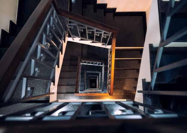 Рамка квадратная из винтажной винтовой лестницы с подсветкой блестящей