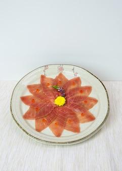 Нарезанный сырой магуро сашими на блюдо