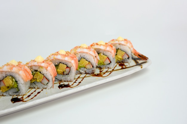 Японский суши-ролл с креветками или эби с соусом кани, тамаго и терияки