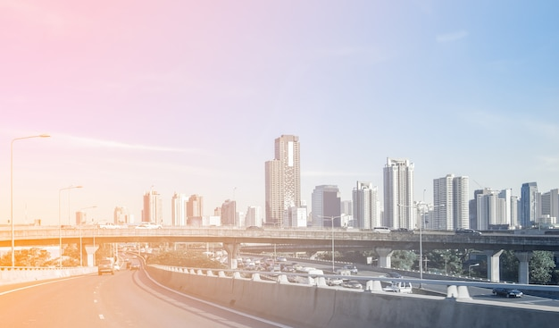 建物の事務所と高速道路上の橋と首都での旅行