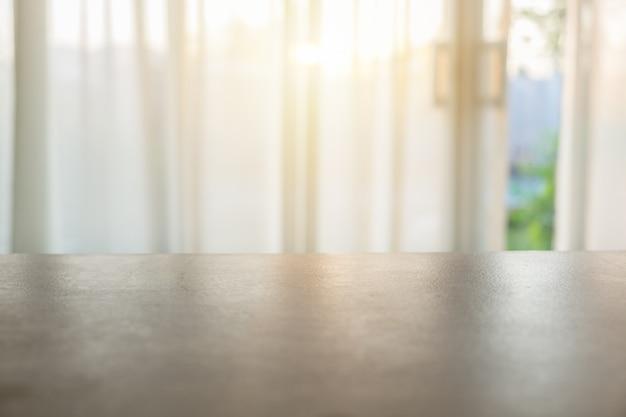 ぼやけた柔らかいカーテンの上の木のテーブルトップ