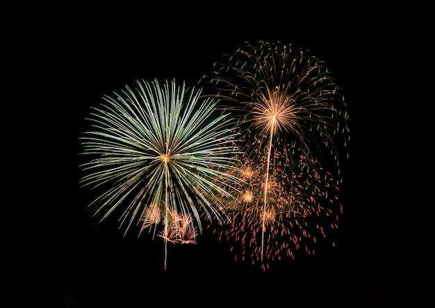 Абстрактный праздничный красочный фейерверк взрыва на черном фоне