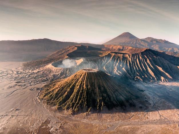 Вид с воздуха на гору действующего вулкана бромо, баток и семеру