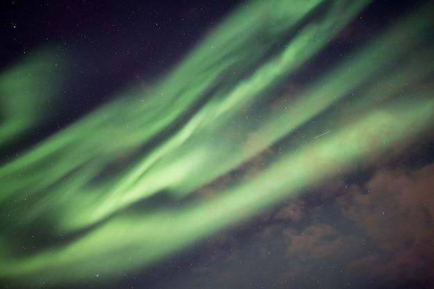 美しい緑のオーロラ、星空とオーロラの爆発