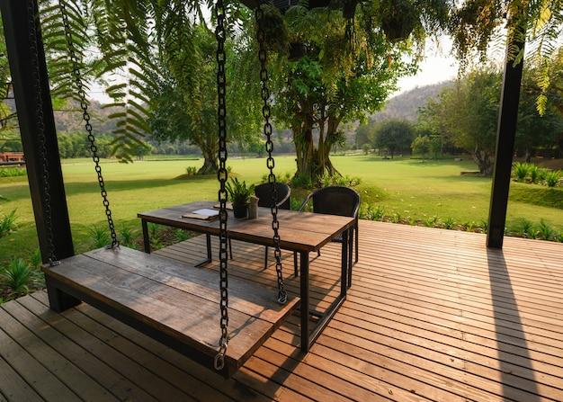 パティオのテーブルと木製の椅子