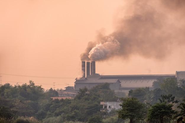 サトウキビ工場は煙突からの汚染煙で燃えています