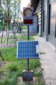 パネル型太陽電池を設置した信号機