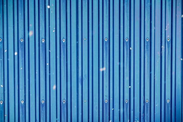 雪が並ぶ青い表面コンテナ倉庫