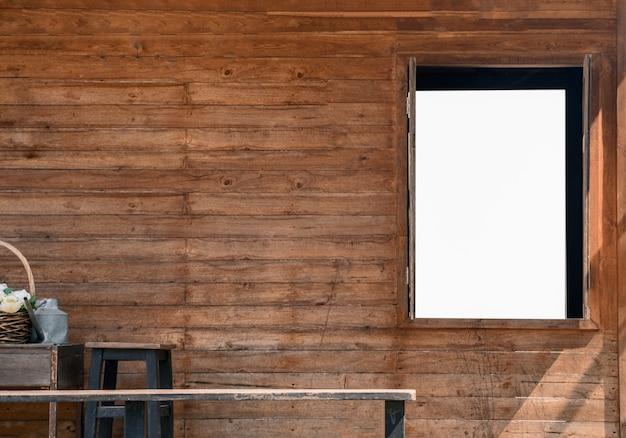 白い空白の開いているウィンドウと木製の壁