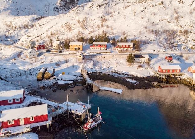 冬の海岸線に空撮赤い小屋漁村