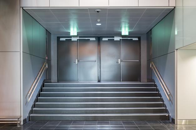 階段が付いている非常口の金属ドア