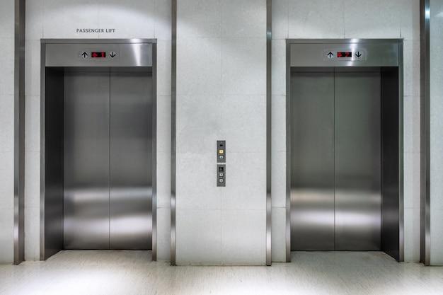 Металлический лифт с двумя воротами закрыт пассажирского лифта