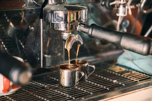 マグカップにコーヒーを注ぐコーヒーメーカー機グラインダー