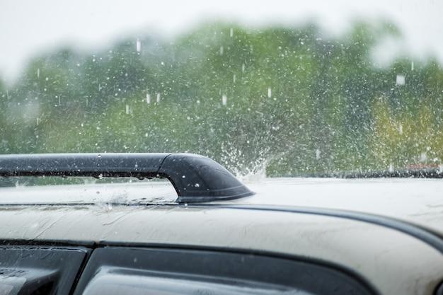 Капли дождя падают на машину