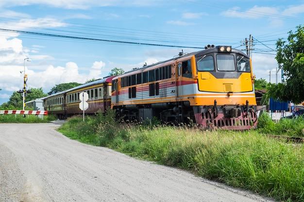 黄色の鉄道アイデンティティの美しい列車