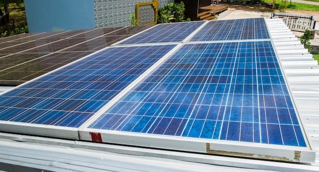 ソーラーパネルが屋根の上の代替エネルギーに電力を供給
