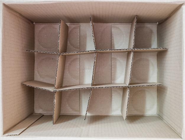 Внутри коричневой коробки упаковка квадратная