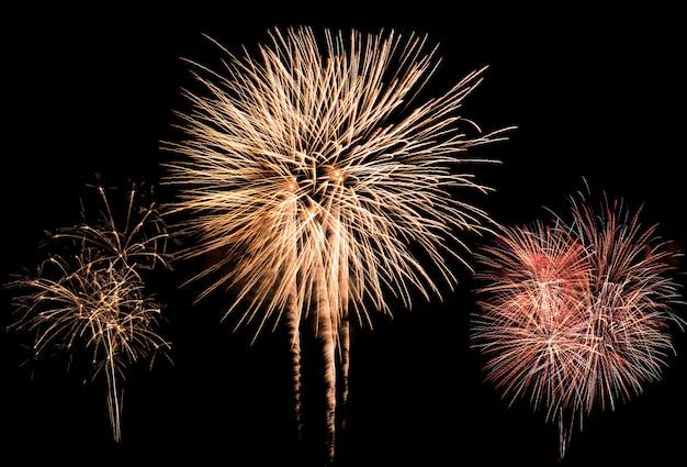 Красочный взрыв фейерверков в ежегодном фестивале