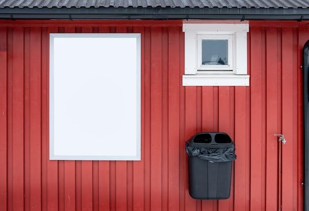 ゴミ箱と赤い木製の壁に白いバナー
