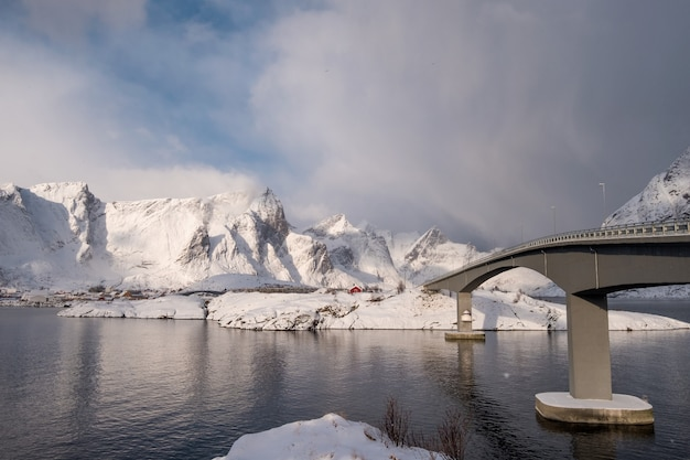 山の日光と北極海に架かる橋を渡る