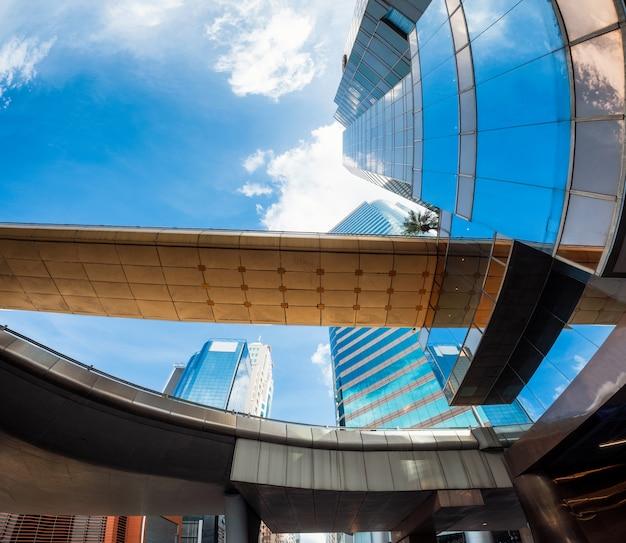 地区の高速道路橋と高層ビルの角度のビュー