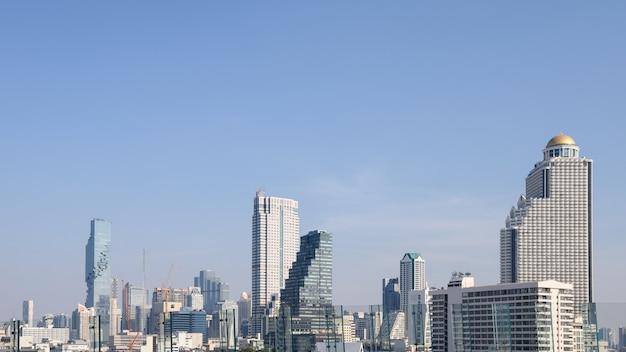 Городской пейзаж с зданием небоскреба и голубым небом в бангкоке