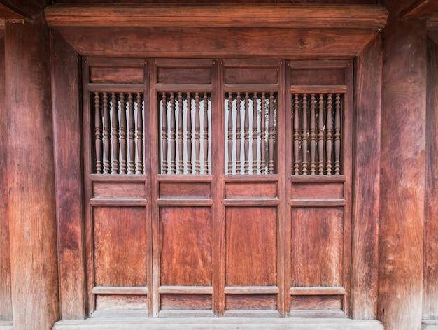 伝統的な木製のドアを閉じる