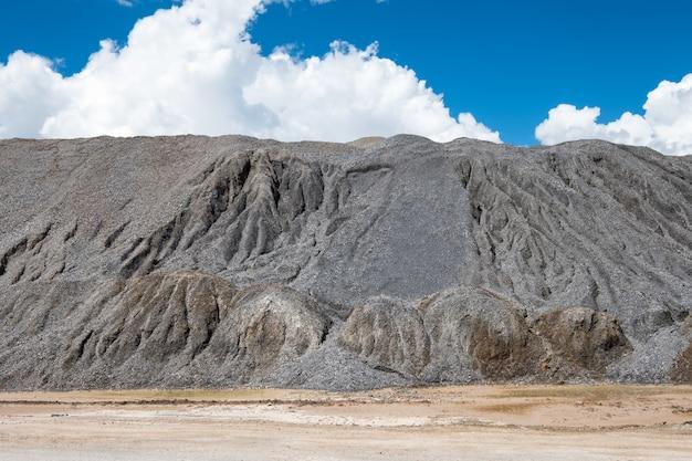 山の爆発から石ロックパイルミル