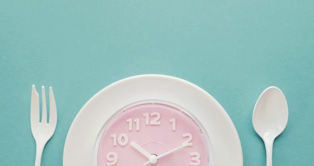 白いプレートにピンクの時計
