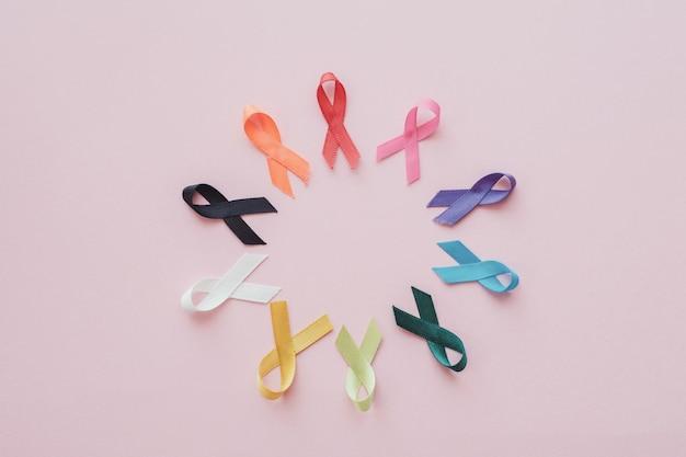 Разноцветные ленты на розовом фоне, осведомленность о раке