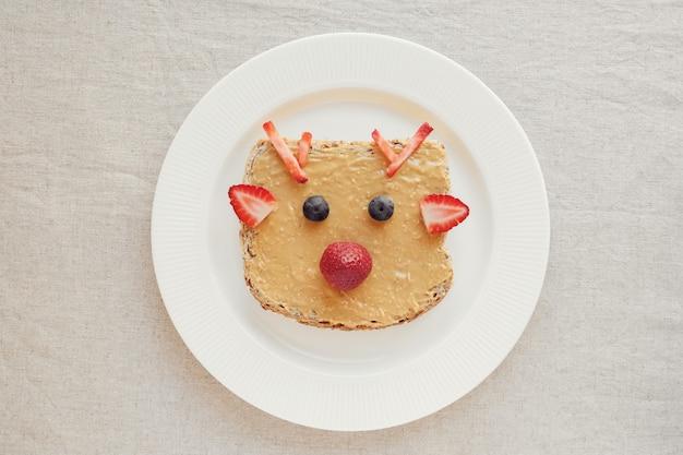 Рождественский олень на завтрак из арахисового масла, вкусное питание для детей