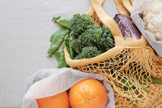 再利用可能な袋の中の野菜や果物、エコリビング、プラスチックフリー、廃棄物ゼロ