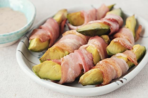 Низкоуглеводный кето, запеченный авокадо, кетогенная еда