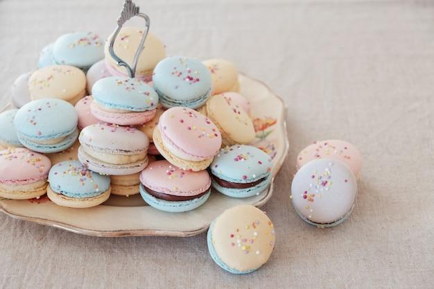 Самодельные красочные пастельные миндальные печенья