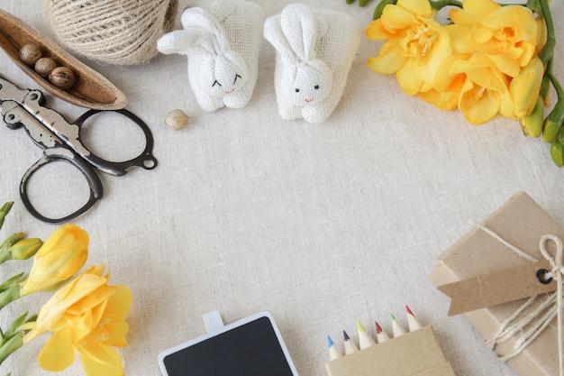 イースタークラフトと黄色の花のモックアップセット