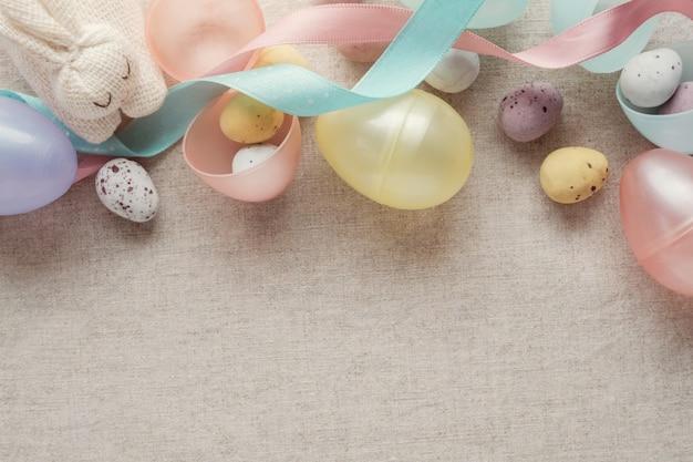 イースターの斑点のある卵の子供たちの背景