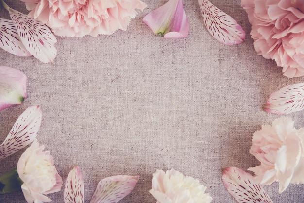 ピンクのカーネーションの花コピースペースリネン