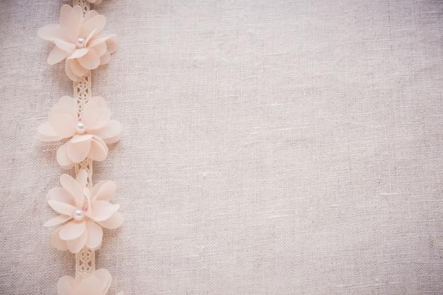 花とリネンのレース、ビンテージの結婚式の調子を整えるスペース