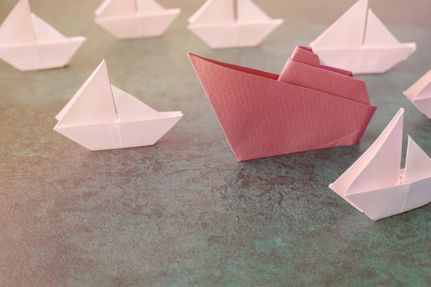 Оригами бумажный кораблик с маленькими парусниками