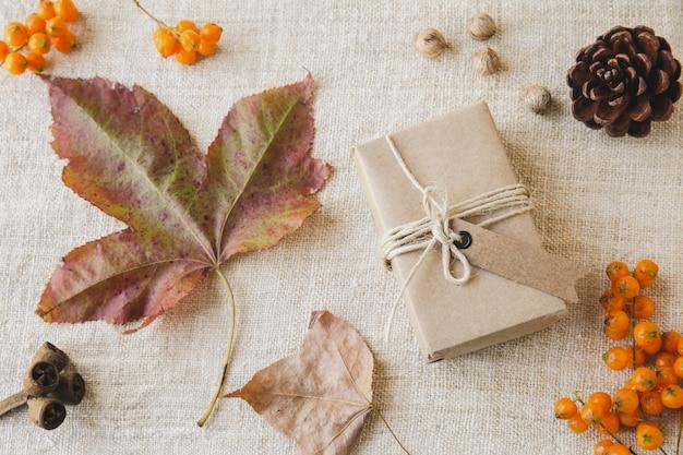 Осенние листья падают копией пространства
