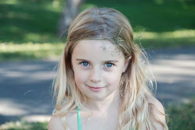 自信を持って青い目とブロンドの髪の少女の肖像画