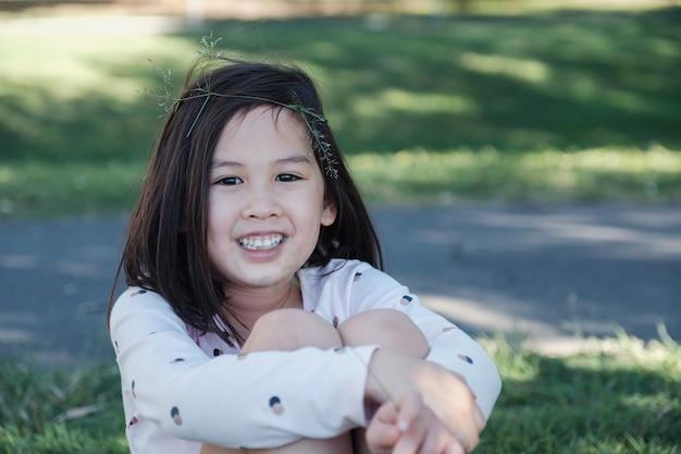 自信を持って混合アジア民族少女の肖像画