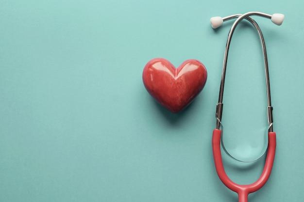 聴診器、心臓の健康、健康保険の概念、世界心臓の日、世界健康の日と赤いハート