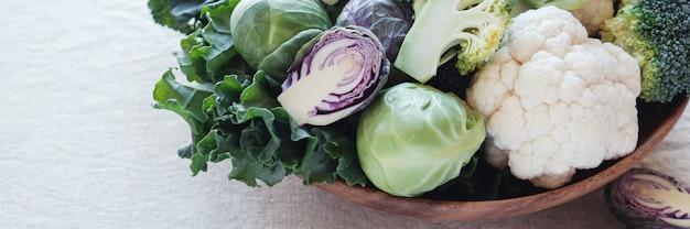 木製ボウルのアブラナ科野菜、エストロゲン優位性、ケトン食、ビーガン植物ベースの食物を減らす