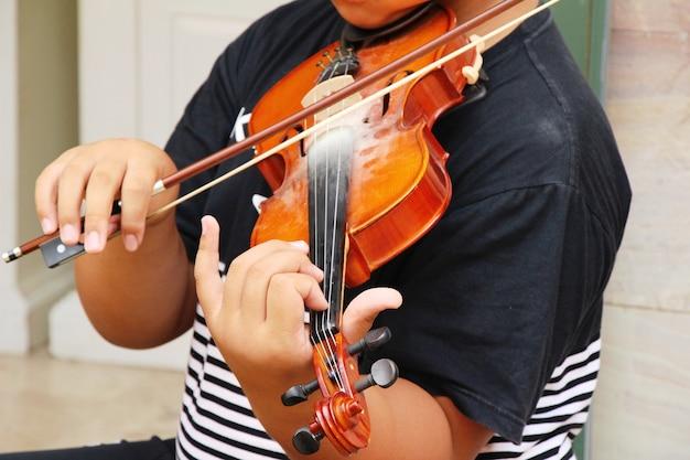 ヴァイオリンを弾く若いミュージシャン