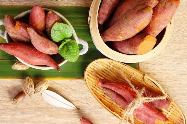 サツマイモのウッドの背景に美味しい煮