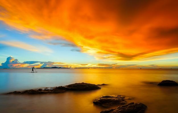 パタヤ、タイの日没のパラダイスの熱帯の島のビーチの風景。