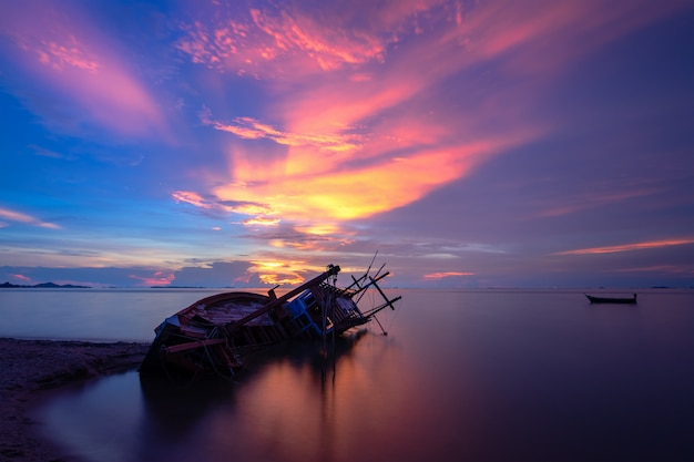 パタヤ、タイでの夕暮れのビーチでは、古い難破船。
