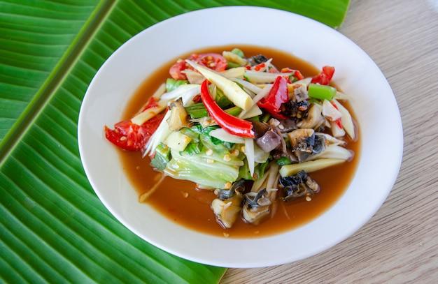 スパイシーなパパイヤサラダ、タイ料理。