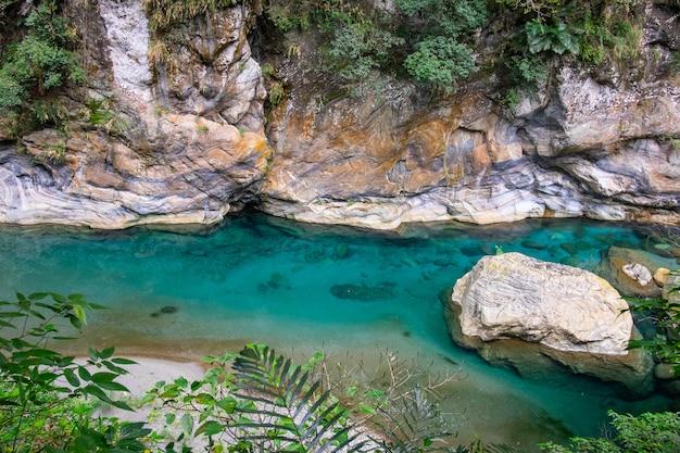 国立公園たころ台湾の自然の川と大理石の石。